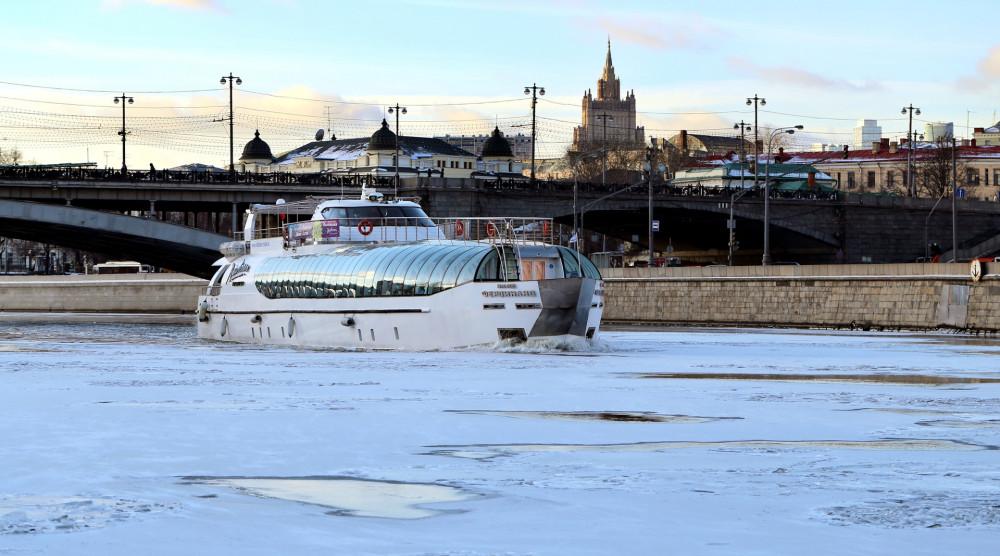 Прогулка по Москве-реке на яхтах Рэдиссон от гостиницы Украина - фото