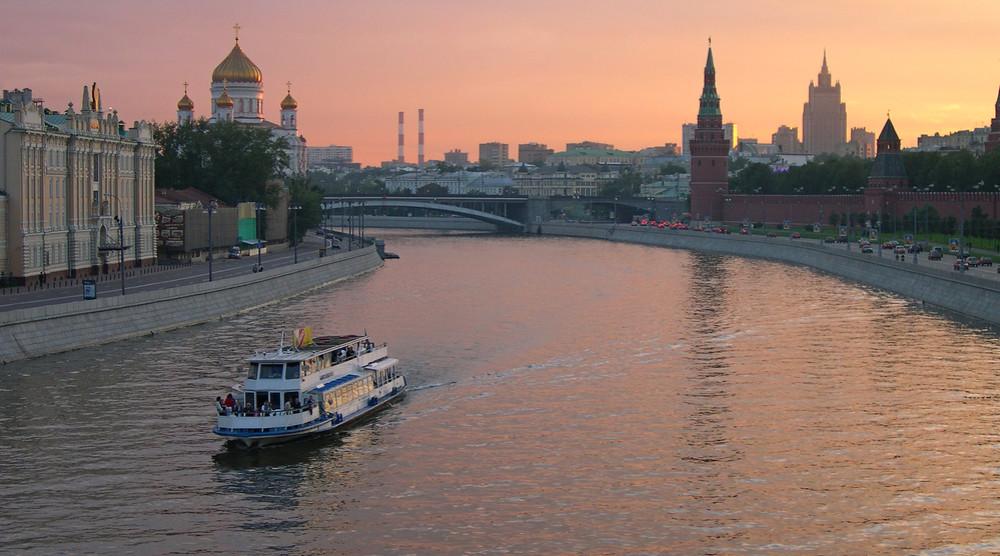 Вечерняя прогулка на теплоходе по Москве-реке на День строителя с ужином и дискотекой - фото №1