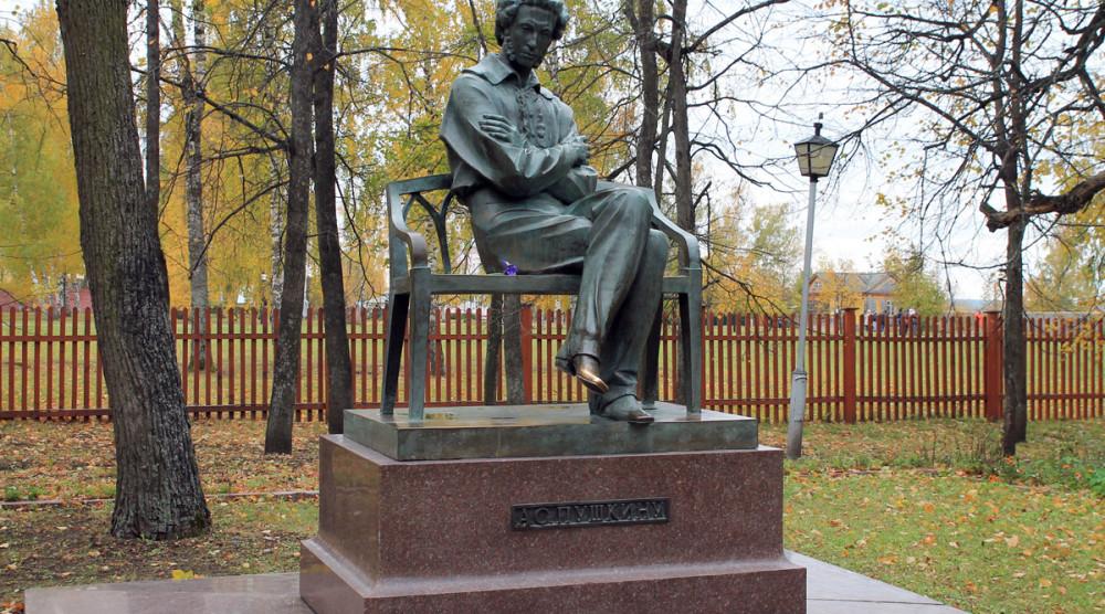 Памятник А.С.Пушкину в Болдино - фото