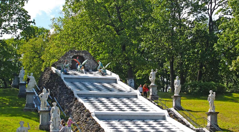 Экскурсия в Петергоф с посещением Малого музея и фонтанов Нижнего парка - фото