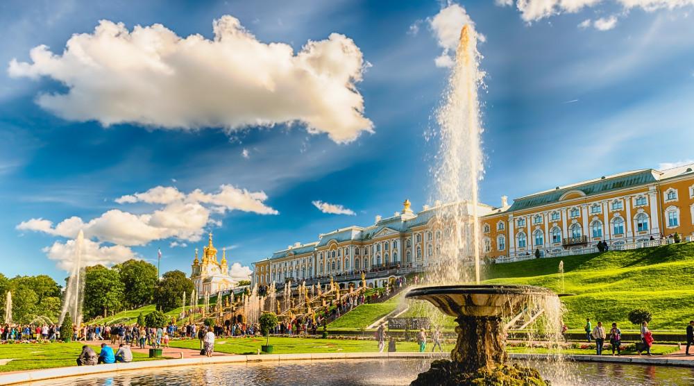 Экскурсия в Петергоф с посещением Малого музея и фонтанов Нижнего парка - фото №1