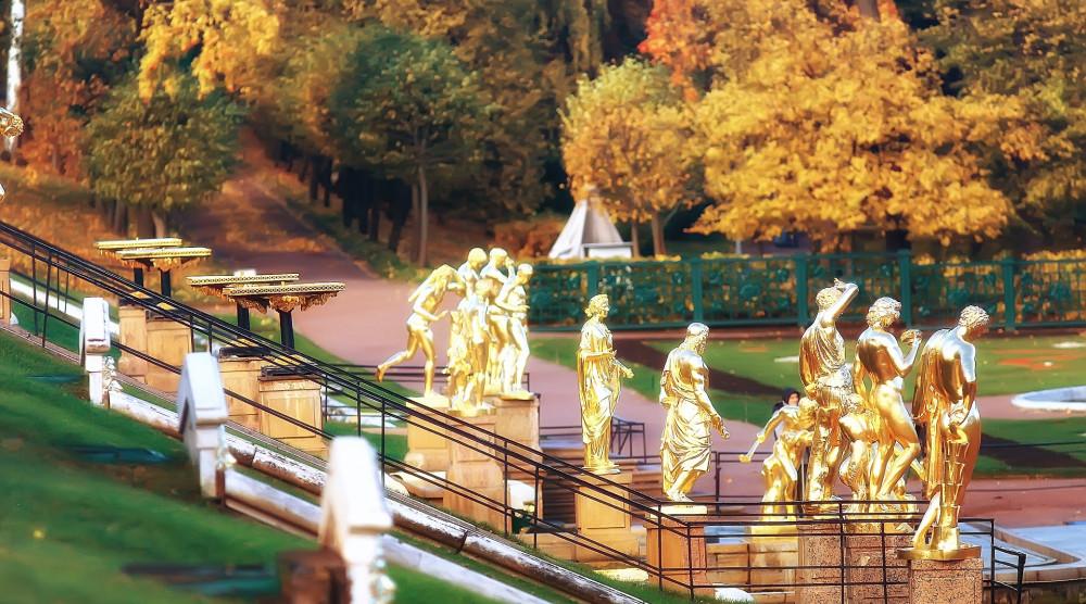 Экскурсия в Петергоф на английском языке с посещением Большого дворца и фонтанов - фото №1