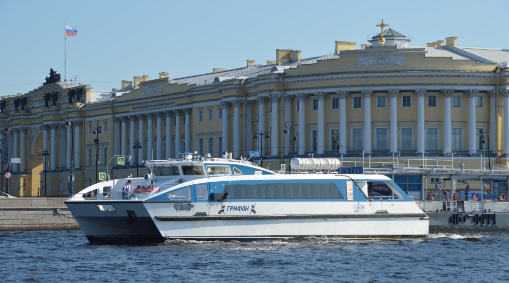 Поездка на пассажирском катамаране «Грифон» в Петергоф - фото